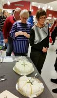 På invigningen bjöds det på tårta med den sverigefinska flaggan på.