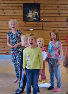 Det gäller att ta i från tårna när man sjunger sin egenkomponerade lägersång om allas lika värde. Foto: Sanja Honkanen Skoog