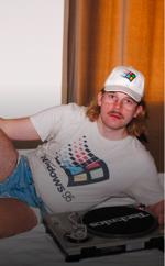 Windows 95 man är så klart på plats på finskt disco! Foto: Windows95Man