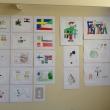 Här ses eleverna från Fria Intermilia skolans verk där de skapat utifrån sin egen bakgrund.