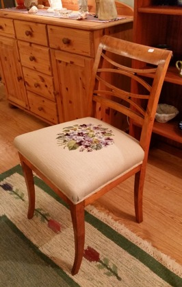 Gammal stol med broderad sits. Rygghöjd 78 cm. Fint skick. Pris: 150 SEK