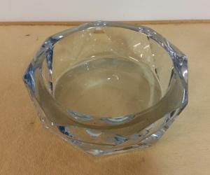 Glasskål Strömbergshyttan. Signerad i botten, fint slipad. En liten knappt märkbar nagg på ena kanten, i övrigt fint skick. Vikt 1600 gr. Ytterdiam. 16,5 cm och höjd 5,5 cm. Pris 60 SEK