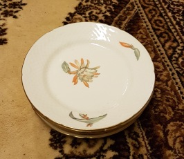 6 st assietter med blommotiv och guldkant. Bing & Gröndal. Diam. 17,5 cm. 120 SEK