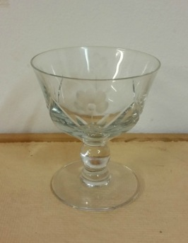 10 st glas m. blomslipning. Höjd 7,1 cm. Pris 350 SEK