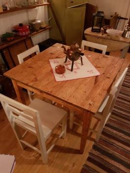 Köksbord i fur. Många skärmärken i skivan men stabilt. Skivans mått 90x90 cm, höjd 74 cm.  450 SEK
