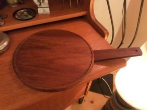 Bricka/underlägg i teak. Total tängd 36,5 cm. Diam. 23,5 cm. Fint skick. Handmade in Germany. 50 SEK