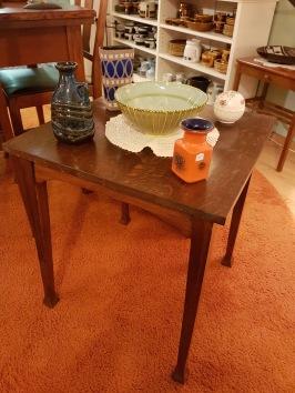 Litet fyrkantigt bord i ek. Fint skick. Mått skiva 50x50 cm. Höjd 58 cm. 350 SEK