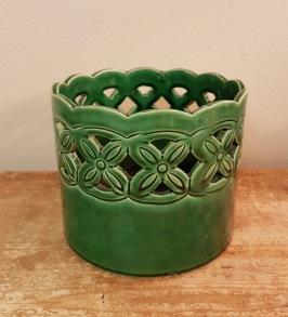 Grönt vackert mönstrat tyskt ytterfoder. Höjd 11,5 cm. Diam. 13 cm. 50 SEK