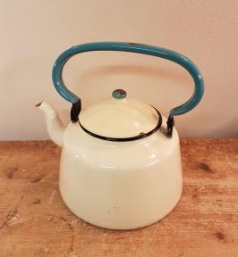 Stor kaffekittel Kockums. Några emaljskador utvändigt och väl använt skick inuti. Kan ej se nån märkning för antal liter etc, men den är 15 cm hög inkl. lock, samt 18 cm i botten. 95 SEK