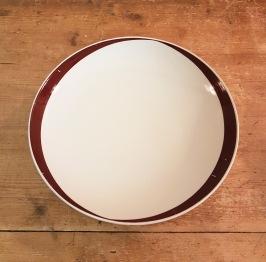 """8 st assietter """"Elips Brun"""" Gustavsberg. Diam. 20,5 cm. Lite färgbortfall i den bruna färgen (enligt bild), annars gott bruksskick. 100 SEK"""