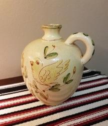 Keramikvas med fågelmotiv.