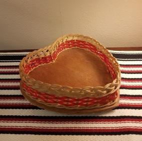 Hjärtformad skål/fat m. flätad kant. Höjd 5 cm, diam. 16 cm. 30 SEK