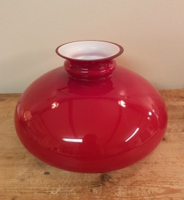 Stor röd lampkupa. Höjd 18,5 cm. Diam. fäste ca 27,5 cm. Fint skick. 100 SEK