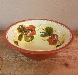 Djup skål med blommotiv. Märkt NS. Höjd 8 cm, diam. 19,5 cm. Fint skick. 60 SEK