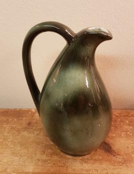 Liten grönmelerad vas med svängd hals. Höjd 15,5 cm. Fint skick. 50 SEK