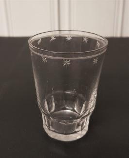 6 st små selterglas med stjärnslipning. Höjd 7,5 cm. Fint skick, inga nagg. 90 SEK