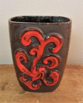 Gråsvart vas med rött mönster och delvis matt glasyr. Höjd 15 cm. Fint skick. 75 SEK