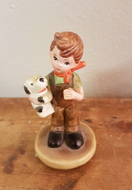 Liten figurin - Pojke med hund. Höjd 9 cm. Fint skick. 30 SEK