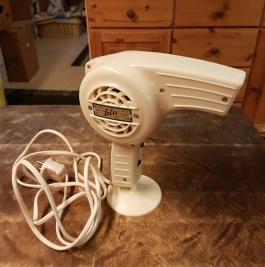 """Retro hårtork """"Solis"""". Har testblåst den i ca en halv minut och den blåser och blir varm, men kan förstås inte garantera säkerheten vid användande. Kanske skulle passa som rekvisita i ett skyltfönster hos en frisör eller liknande! 125 SEK"""