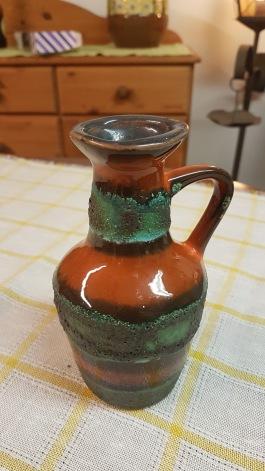 Tysk grön/orangemönstrad vas med hänkel. Höjd 15,5 cm. Fint skick. 60 SEK
