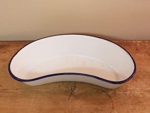 Blåvitt emaljerat bäcken Kockums. Längd 30 cm, bredd 14 cm. Några emaljskador på kanten och under botten. 100 SEK