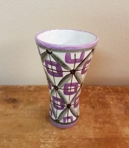 Liten vas med lila/grått mönster. Krackelerad inuti och ev. en liten spricka. Svårt att avgöra om det är en spricka eller endast krackelering. Höjd 13, diam. upptill ca 7 cm. 45 SEK