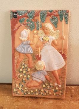Keramiktavla JIE - Kvinna med barn. Höjd 25 cm, bredd 15,5 cm. Fint skick. 75 SEK