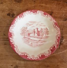 """Tefat Rörstrand """"Röd Bengali"""" (3).  Två stycken i gott skick, två stycken med små nagg på kanten. Diam. 15 cm. I produktion 1948-56. 25:-/st resp. 15:-/st."""