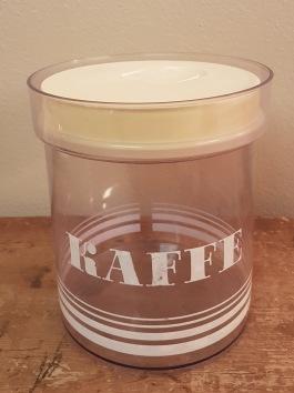 Kaffeburk plast Erik Kold med vit text. Höjd 16,5 cm. Bredd 14,5 cm. Bruksskick. 50 SEK