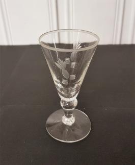 5 st snapsglas med annanasslipning. Höjd 9,5 cm. Diam. 5 cm. Fint skick, inga nagg. 125 SEK