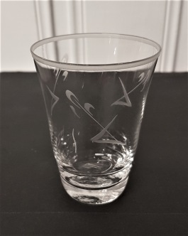 11 st selterglas med dekorativ slipning. Höjd 8,5 cm. Fint skick, inga nagg. 160 SEK