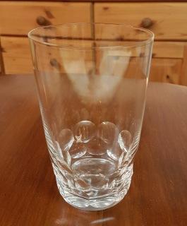 Grogg/dricksglas med slipning. Höjd 13 cm, diam. 8 cm.