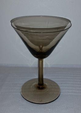 Rökfärgat glas. Höjd 11,5 cm. Slipad fot. Fint skick. Pris 40:-/st
