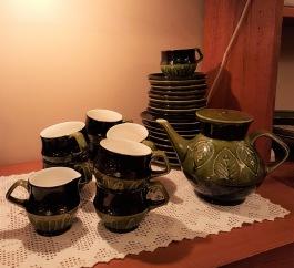 Tysk kaffe/teservis i 28 delar. 8 st tefat med diam. 15,5 cm. 9 st kaffekoppar med fat med diam. 13 cm. 1 gräddkanna och en te/kaffekanna. kannan är 14 cm hög. Bruksskick. 200 SEK