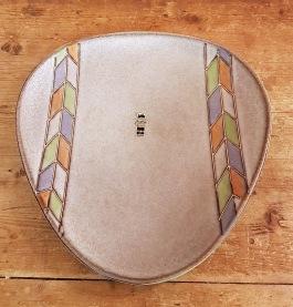 Trekantigt grått mönstrat fat JASBA. Diam. 27 cm. Fint skick. 90 SEK