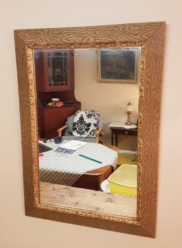 Spegel med guldfärgad träram. Spegeln i fint skick men ramen har en liten skada i träet upptill. Höjd 57,5 cm, bredd 40 cm (yttermått) 90 SEK
