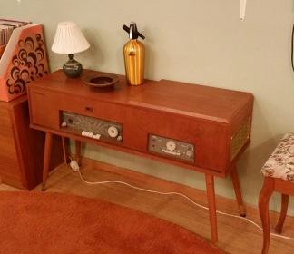 Radiogrammofon Philips, renoveringsobjekt. Ett par ben lite instabila, vissa detaljer är lösa eller saknas. Ytan i fint skick. Bruksanvisning finns med. Längd 102 cm, höjd 61 cm och djup 33 cm. Fler bilder kan fås vid förfrågan. Hämtas på plats. Pris: 250 SEK