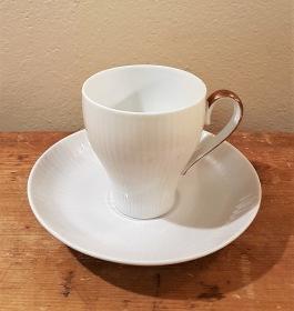 """Kaffekopp med fat Karlskrona/UE """"Casablanca"""" (3). Höjd kopp 7 cm, diam. fat 13 cm. Förgyllt handtag. Två i fint skick och en med en liten nagg. Arthur Percy. 50 resp. 40 SEK/st"""