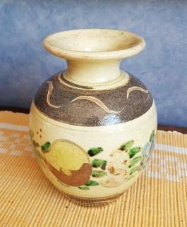Vackert mönstrad keramikvas. Omärkt. Höjd 12,5 cm. Fint skick.  50 SEK