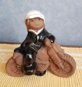 "JIE figurin ""Motorcykelförare"". Längd 10,5 cm. Höjd 10 cm. Fint skick. 45 SEK"