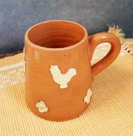 Keramikmugg med tupp och bockmotiv. Eventuellt Ystad? Stämpeln är något otydlig. Höjd  10 cm. Gott skick. 40 SEK
