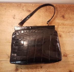 Äldre handväska i krokokilskinn. Bredd 28 cm, höjd 20 cm. Något sliten inuti men inga skador utvändigt vad jag kan se. 650 SEK
