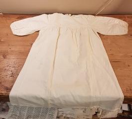 Klänning/nattlinne till barn. Längd 74 cm (från axlarna), 41 cm vid (armhåla till armhåla). Längd ärmar ca 24 cm. Fläckar på några ställen. Har ej försökt tvätta den. 75 SEK