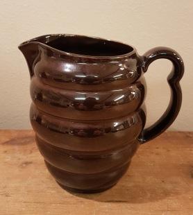 """Mörkbrun/svart """"bullig"""" kanna med tydliga drag av Gefle. Omärkt. Höjd ca 15 cm. Fint skick. 75 SEK"""
