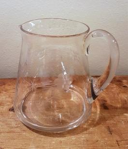 Glasbringare med slipat mönster. Höjd 13,5 cm. Diam. upptill 8,5 cm. Fint skick. 75 SEK
