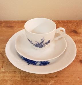 Kaffekopp med fat och assiett Schumann Artzberg Bavaria. Diam. assiett 17,5 cm. Fint skick. 100 SEK
