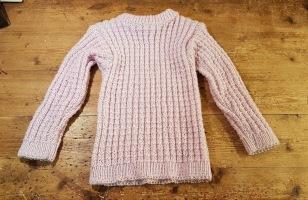 Ljusrosa handstickad tröja. För ca 5 år. Längd 44 cm, längd arm från axel 35 cm. Bredd (ej uttänjd) ca 25 cm. Ej använd. 90 SEK