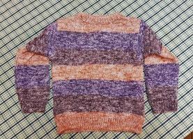 Randig handstickad tröja för ca 5 år. Längd 40 cm, längd arm från axel 34 cm. Bredd ej uttänjd 31 cm.  110 SEK