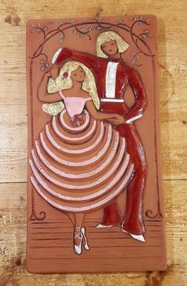 """Keramiktavla JIE """"Dansande par"""". Höjd 38 cm, bredd 20 cm. Fint skick sånär som på en liten nagg på baksida kant upptill höger. 80 SEK"""