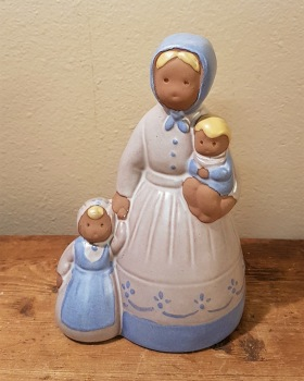 Figurin JIE - Kvinna med två barn. Höjd 15 cm. Fint skick. 60 SEK